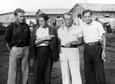 Mitglieder der Gruppe DAS bzw. der CNT 1939 im französischen Internierungslager Gurs. Von links nach rechts: Karl Brauner (1914-1994), Helmut Klose (1904-1987), Georg Gernsheimer, Egon Illfeld (geb. 1914).
